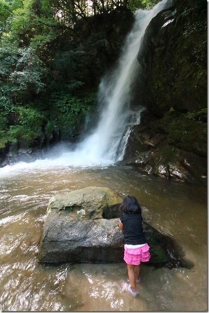 早良区の滝で水遊び