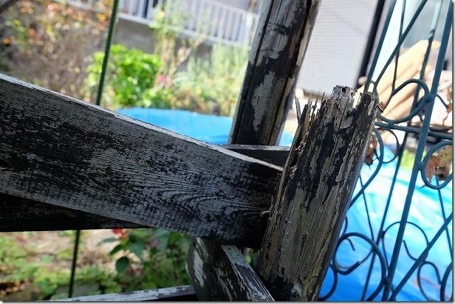 10年屋外で使用した焼杉の杭の状態