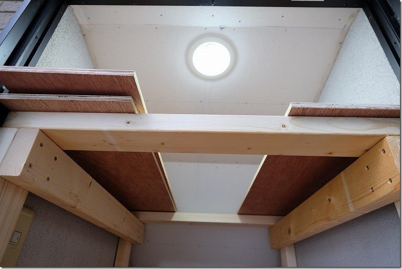 DIYで階段下収納の棚を作成、取り外し可能の天井板