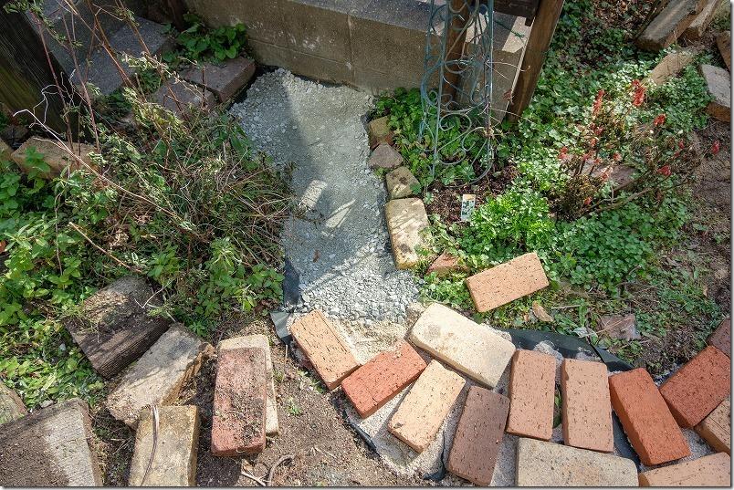 庭のレンガの小道の作り方、路盤材