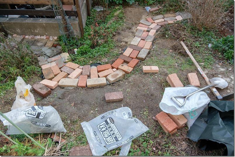 庭のレンガの小道の作り方、レンガの敷き方、おしゃれ