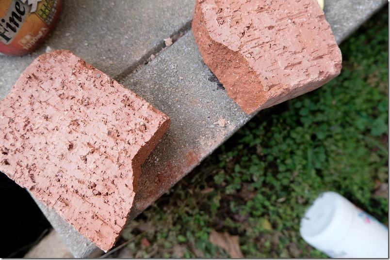 庭のレンガの小道の作り方、レンガを割る