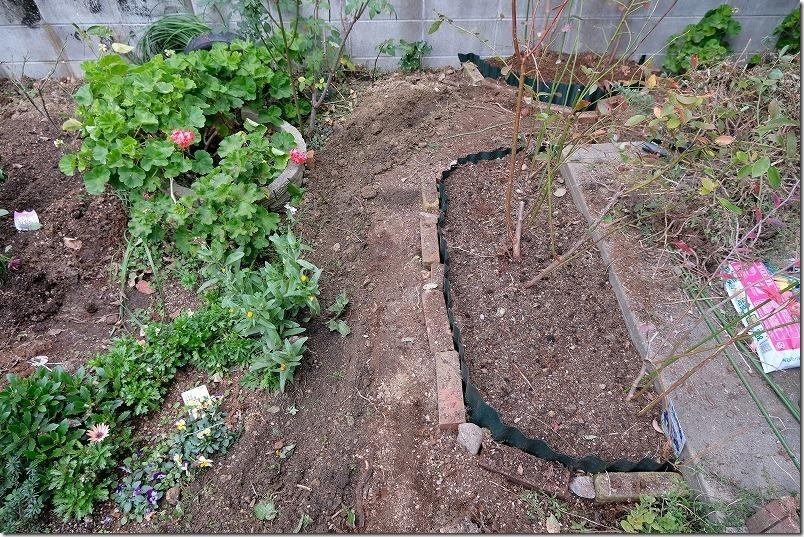 DIYで庭に作った小道の作成方法1