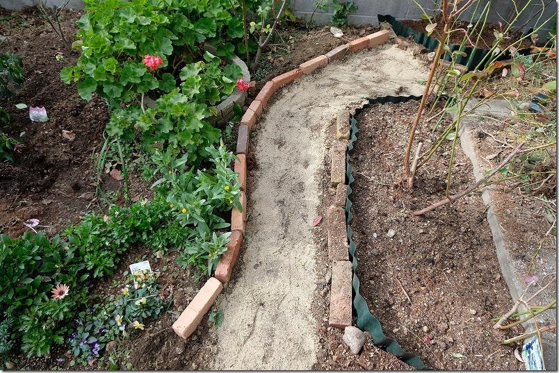 DIYで庭に作った小道の作成方法3