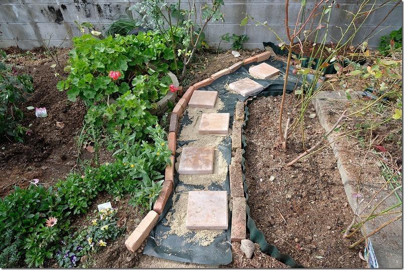 DIYで庭に作った小道の作成方法5
