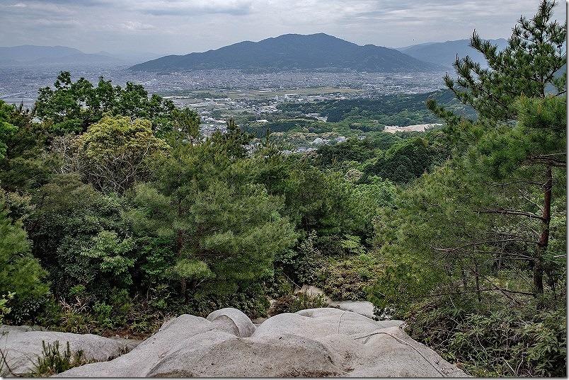 山登り、叶岳。巨石のロープ場の上
